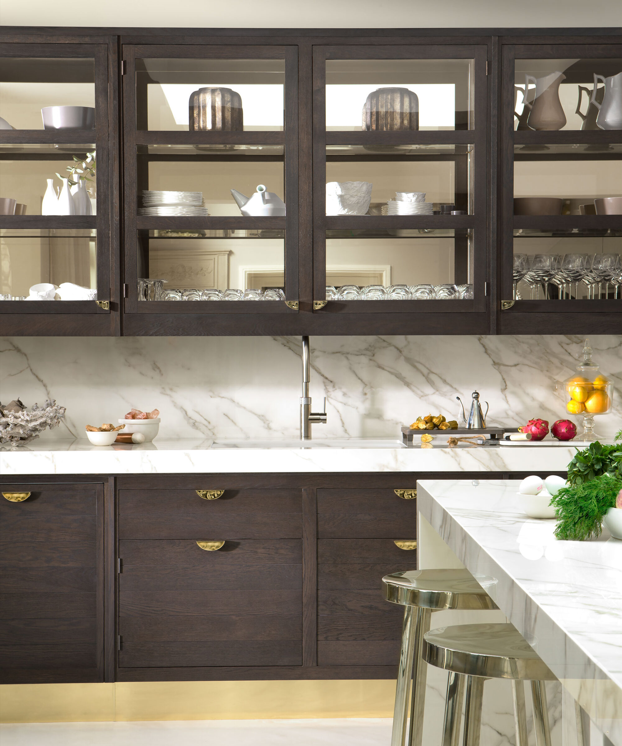 a Smallbone Naples kitchen with mirrored kick plates and champagne gold handles