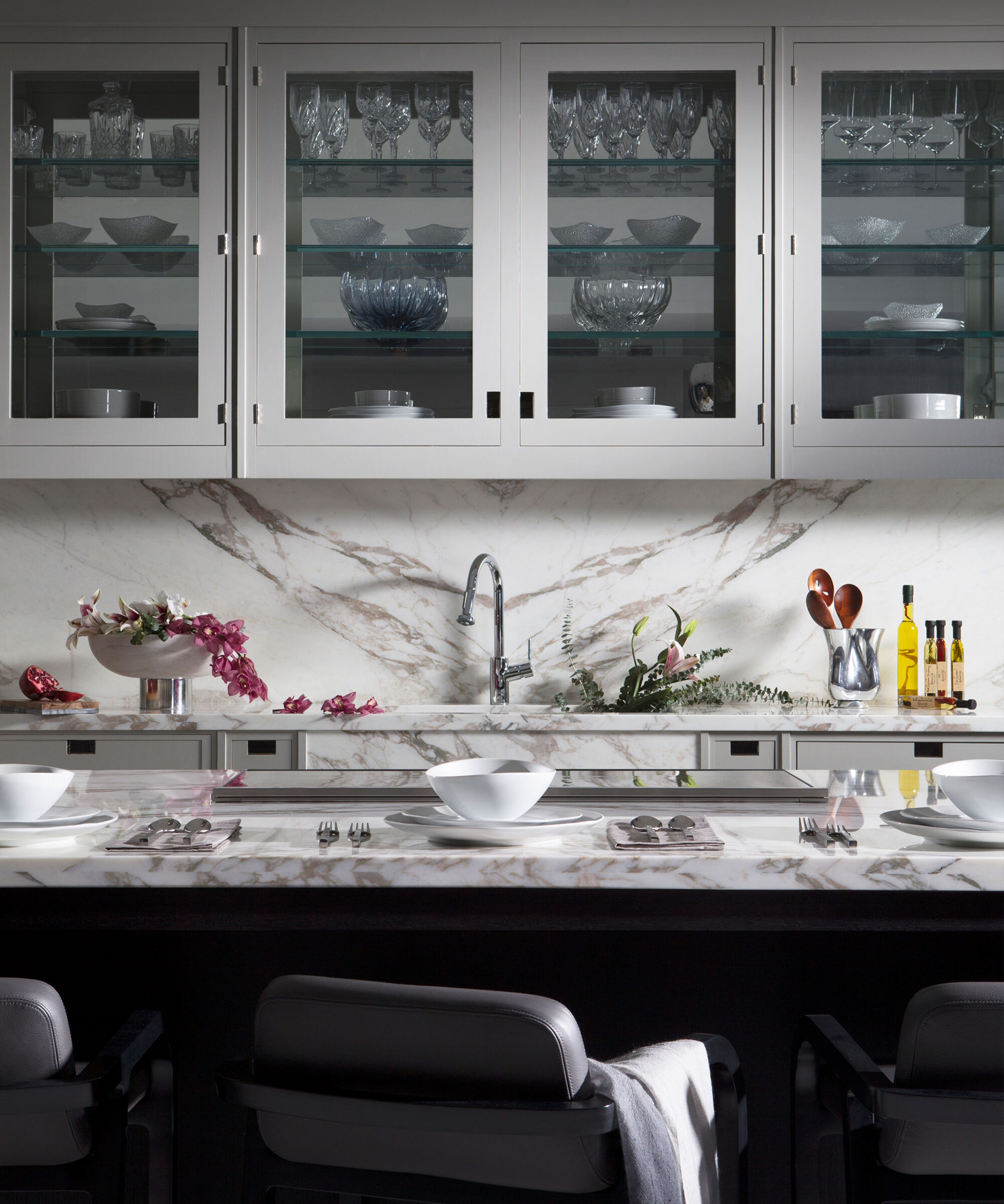 A Smallbone Macassar kitchen with handpainted cream cabinetry and book-matched marble splashbacks